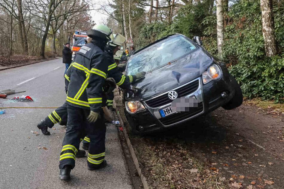 Die Einsatzkräfte kippten das Auto wieder auf den Boden.