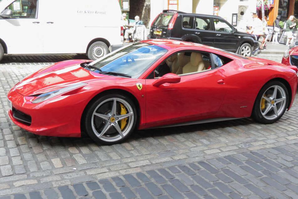 Die Täter klauten den roten Ferrari ihres Opfers (Symbolbild).