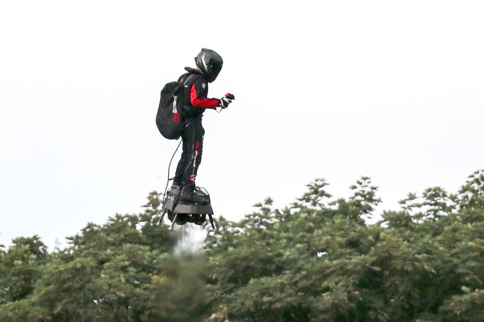 Franky Zapata landet mit seinem Flyboard am Strand von St. Margaret's.