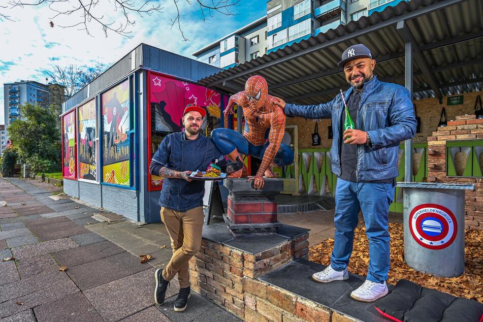 Koch Steve Burkhardt (30, l.) und Betreiber Amir Einali (32) haben einen Weg gefunden, ihre Liebe zum Essen und ihre Begeisterung für Comic-Superhelden zu kombinieren.