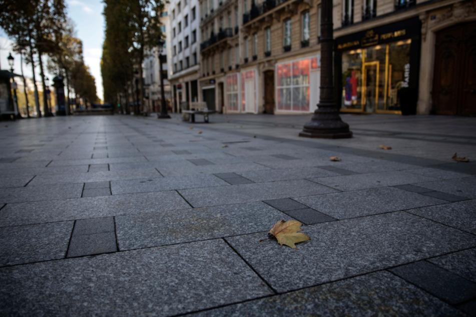 Die Champs Elysees liegt menschenleer da.
