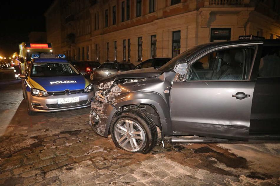 Völlig demoliert stand der geklaute VW Amarok in Pieschen am Straßenrand, nachdem die Polizei die Diebe gestoppt hatte.