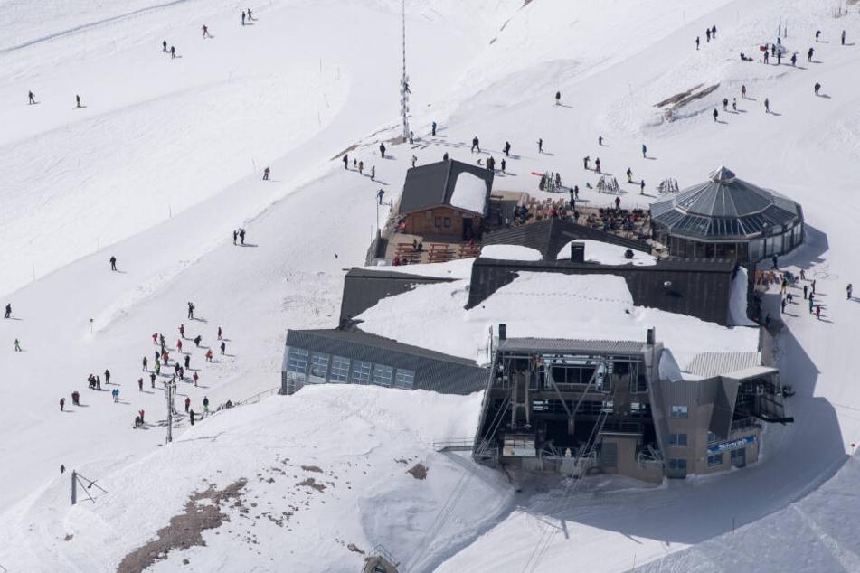 In einigen Gletscherskigebieten der Alpen sind schon Abfahrten möglich. (Symbolbild)