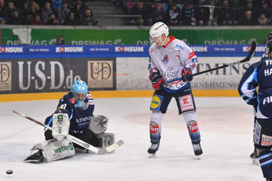 Eislöwen-Keeper Riku Helenius (l.) machte ein gutes Spiel. Fuhr mehrfach stark seine Matten aus und verhinderte so Falken-Tore.