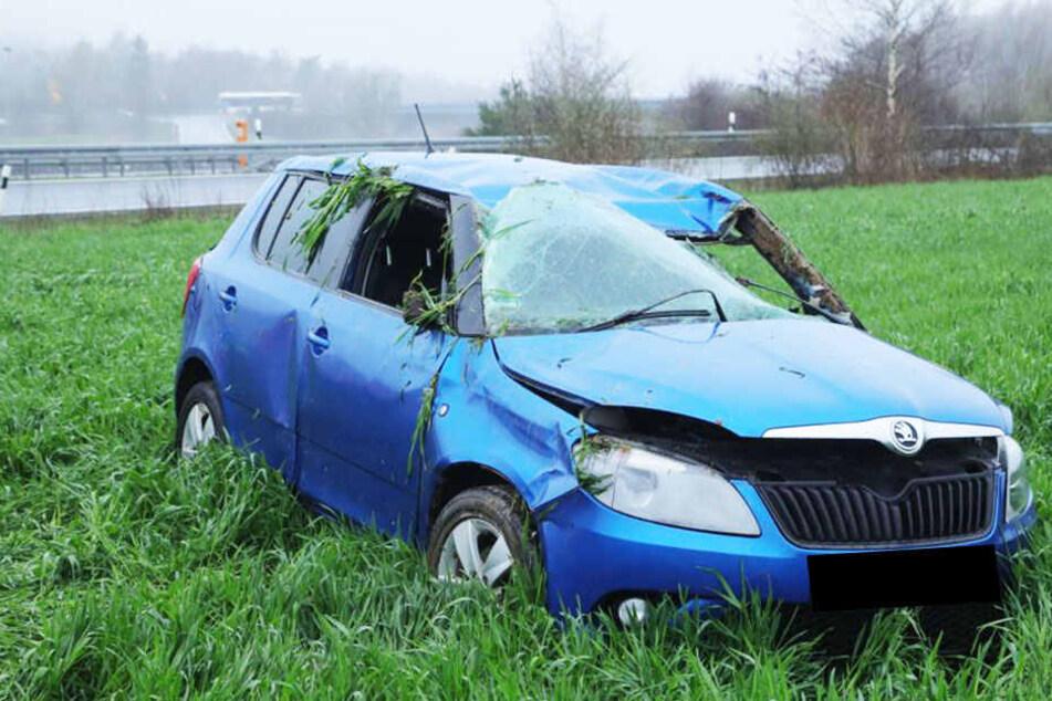Böser Crash auf der A4: Skoda überschlägt sich und landet auf Feld, Fahrer schwer verletzt