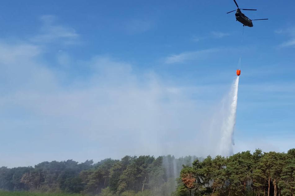 Ein Hubschrauber der niederländischen Armee unterstützt die Löscharbeiten im niederrheinischen Straelen.