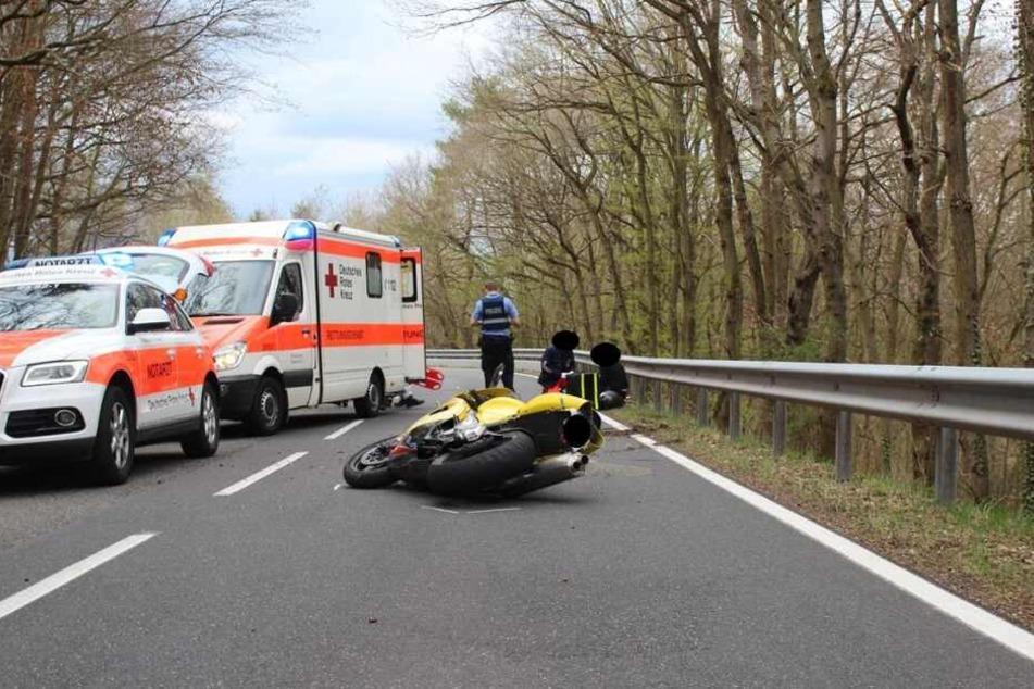 Das Motorrad des Unfallopfers liegt auf der Seite.