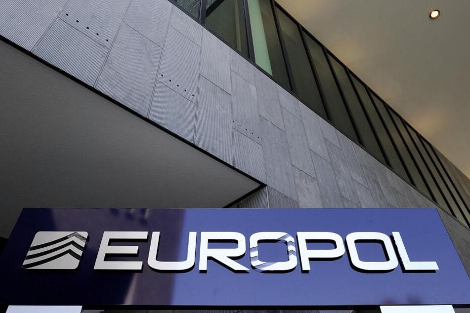 Laut Europol-Angaben wurden bei der Razzia rund 3,8 Millionen Dopingmittel und gefälschte Medikamente sichergestellt.