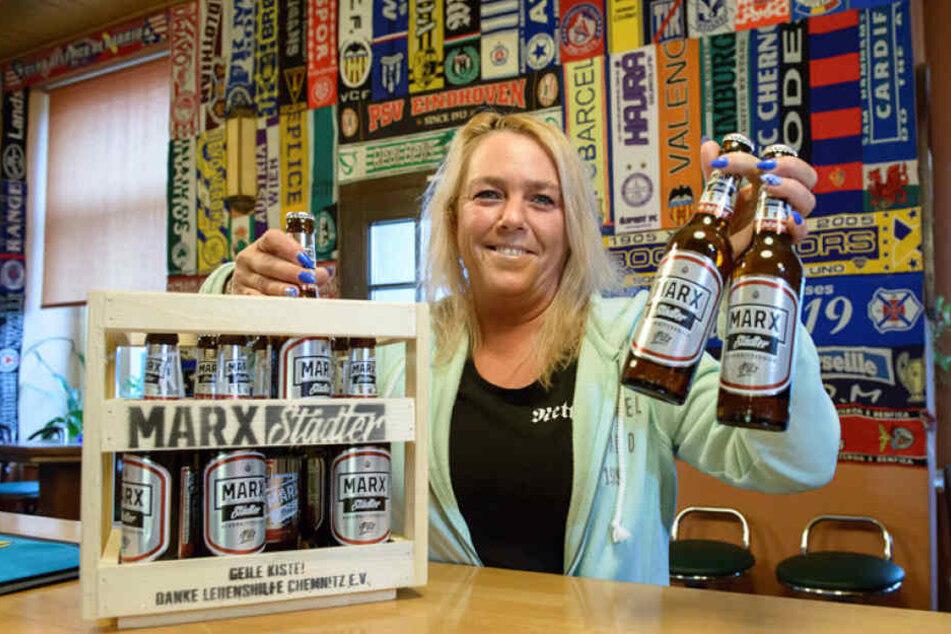 """Das """"Marx""""-Bier wird unter anderem von Wirtin Anett Winter (46) im """"Pub á la Pub"""" an der Heinrich-Schütz-Straße verkauft."""