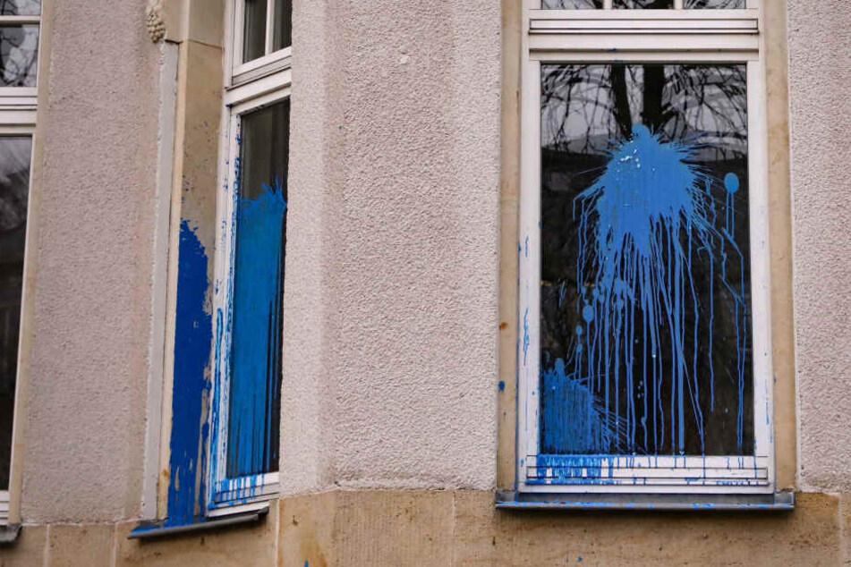Unbekannte bewarfen in der Nacht von Mittwoch auf Donnerstag die Dresdner FDP-Parteizentrale mit Farbkugeln.