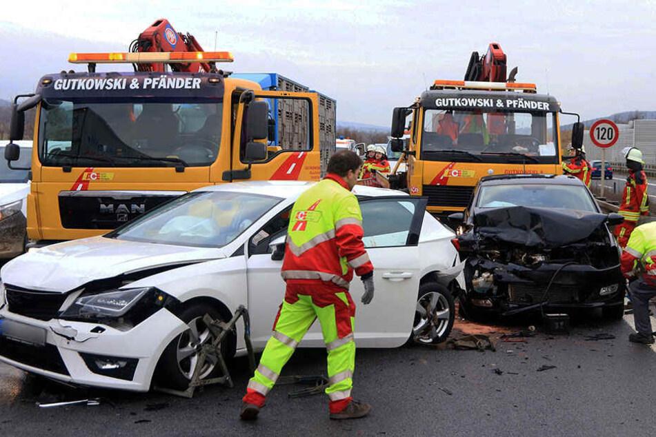 Beschädigte Fahrzeuge stehen am 23.01.2017 auf der Autobahn A73 bei Breitengüßbach. Bei der Massenkarambolage von 17 Autos wurden 18 Menschen verletzt.