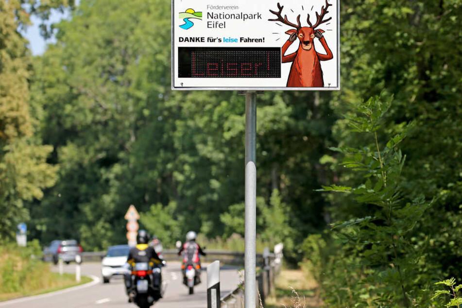 In der Eifel bitten Schilder die Biker vorsichtig und leiser zu fahren.