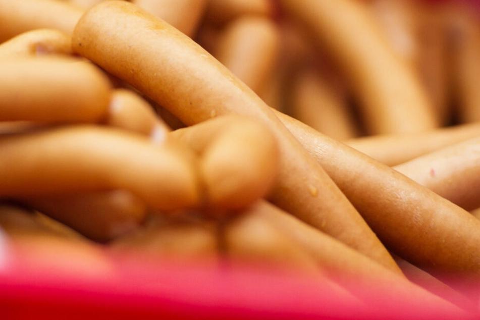 Ein Paar Wienerwürste hat für eine Frau ein erhebliches Nachspiel. (Symbolbild)