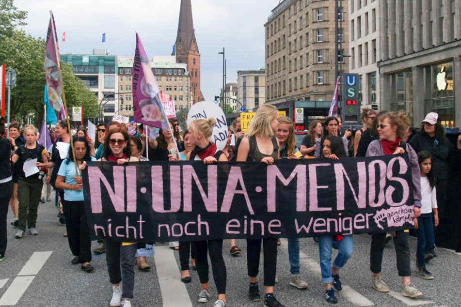 Die Demonstranten zogen vom Jungfernstieg durch die Stadt in Richtung Sternschanze.