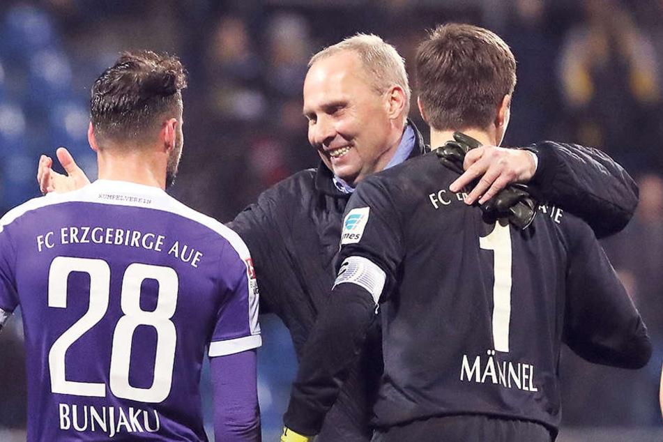 Glückwunsch, Jungs! FCE-Boss Helge Leonhardt umhalst (v. r.) Martin Männel, Albert Bunjaku und Fabio Kaufmann.
