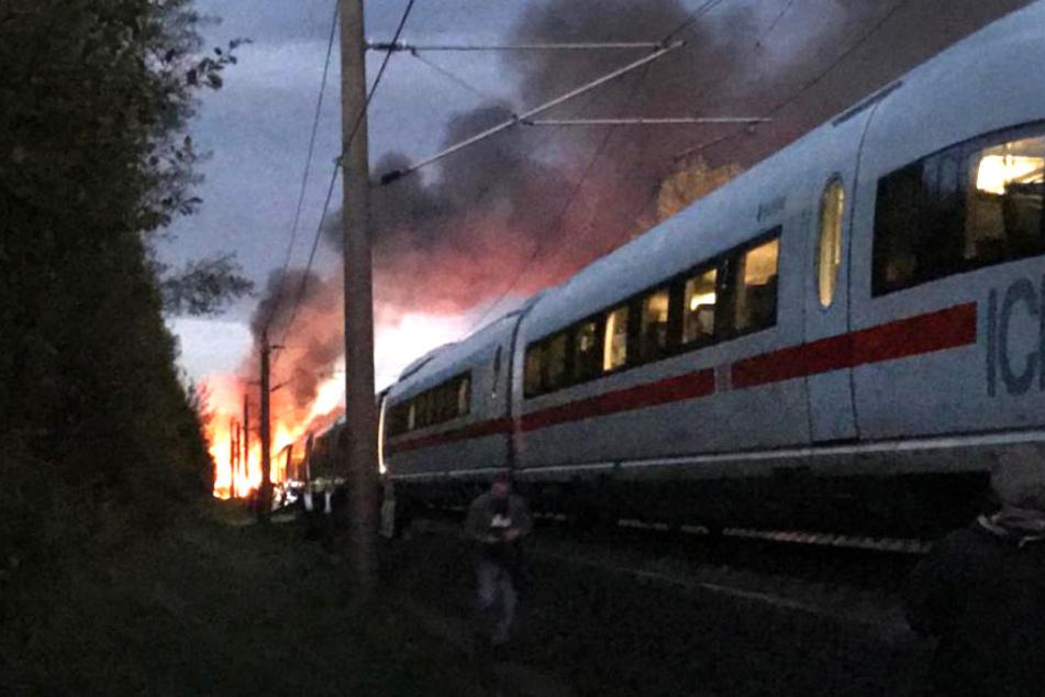 Der in Flammen stehende ICE auf der Strecke Köln-Frankfurt am 12. Oktober 2018.