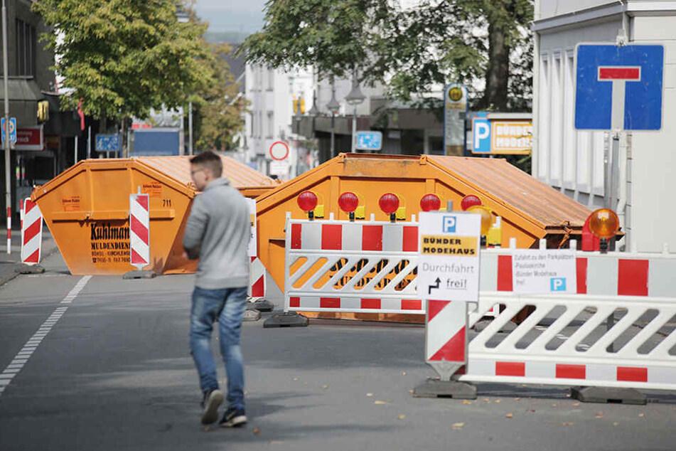 Diese orangenen Mulden sollen LKWs und schweren Fahrzeugen den Zugang zum Zwiebelmarkt erschweren.