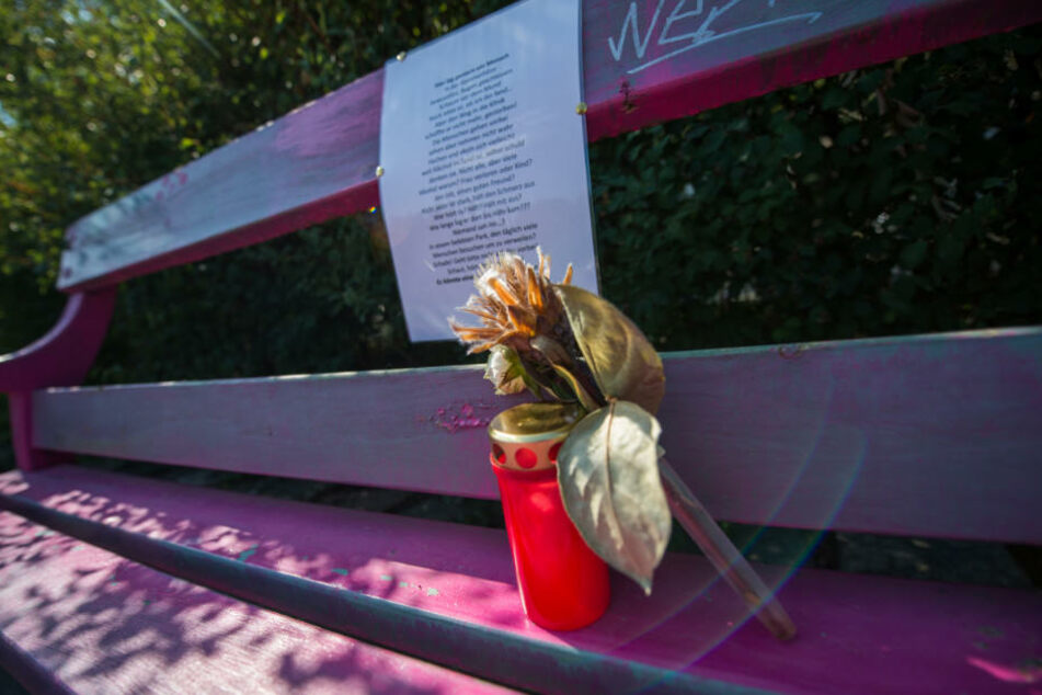 Mit einem Gedicht und einer Kerze gedenken Passanten den Verstorbenen.