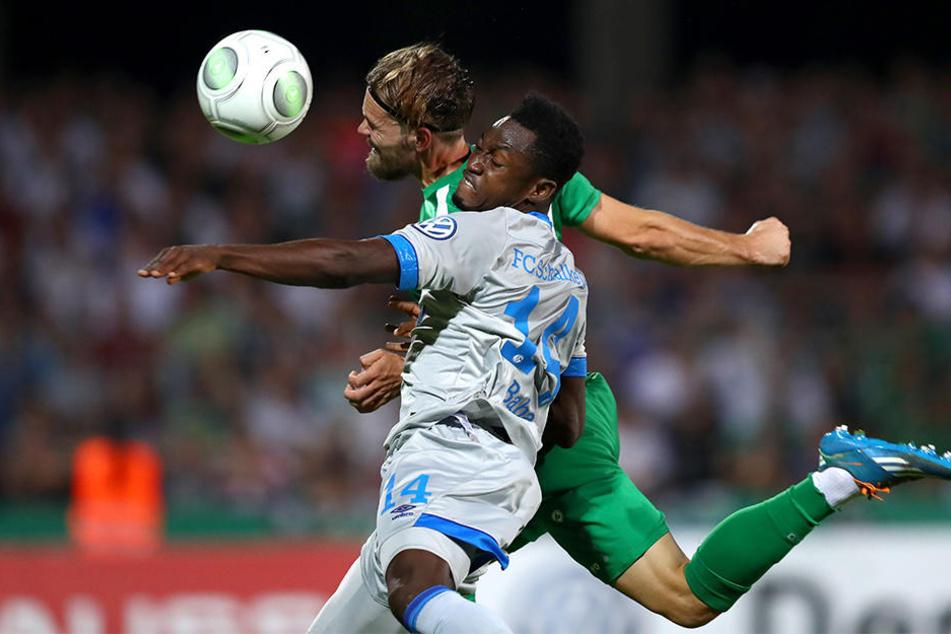 So umkämpft war die Partie nur selten: Schweinfurts Philip Messingschlager (hinten) im Kopfballduell mit Schalkes Abdul Rahman Baba (vorne).