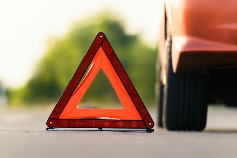 Ein 40-Jähriger hat bei einem Unfall in Plauen einen Lichtmast gefällt. (Symbolbild)