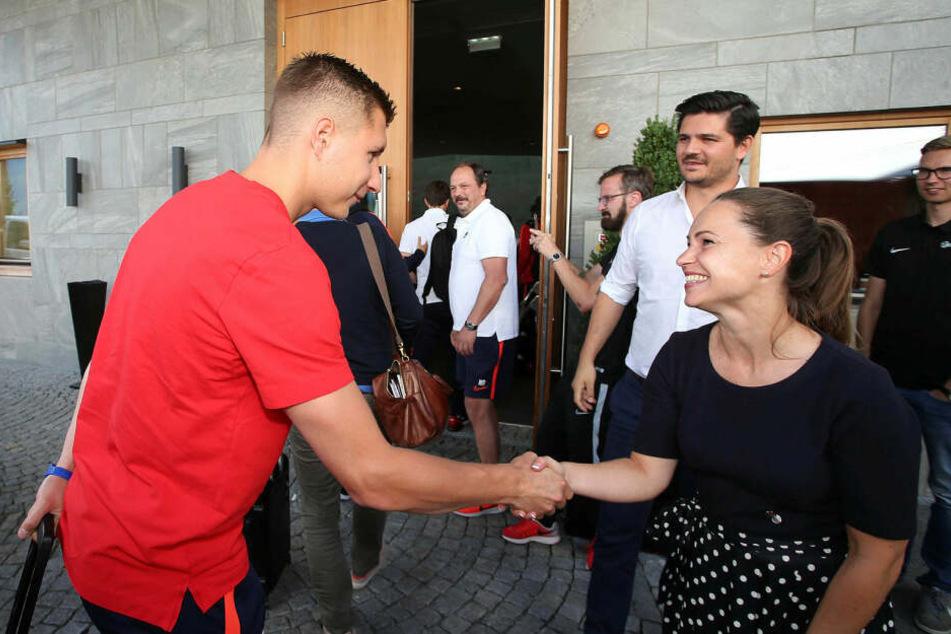 Man kennt sich: Kapitän Willi Orban begrüßt die Mitarbeiter des Luxushotels Nidum mit Handschlag.