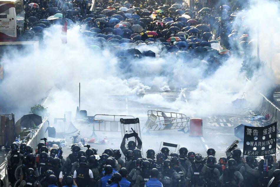 Die Teilnehmer der Demonstration werden mit Tränengas zurückgehalten.
