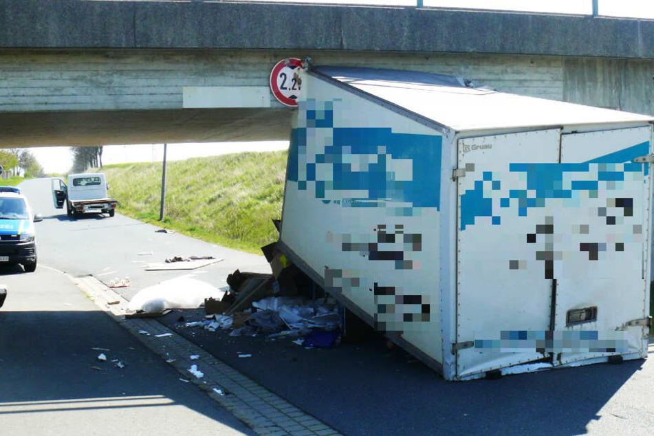 Einen Meter zu hoch! Transporter kracht gegen Eisenbahnbrücke