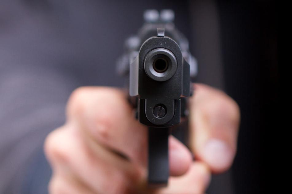 Der Täter überfiel mit einer Pistole den Getränkemarkt. (Symbolbild)