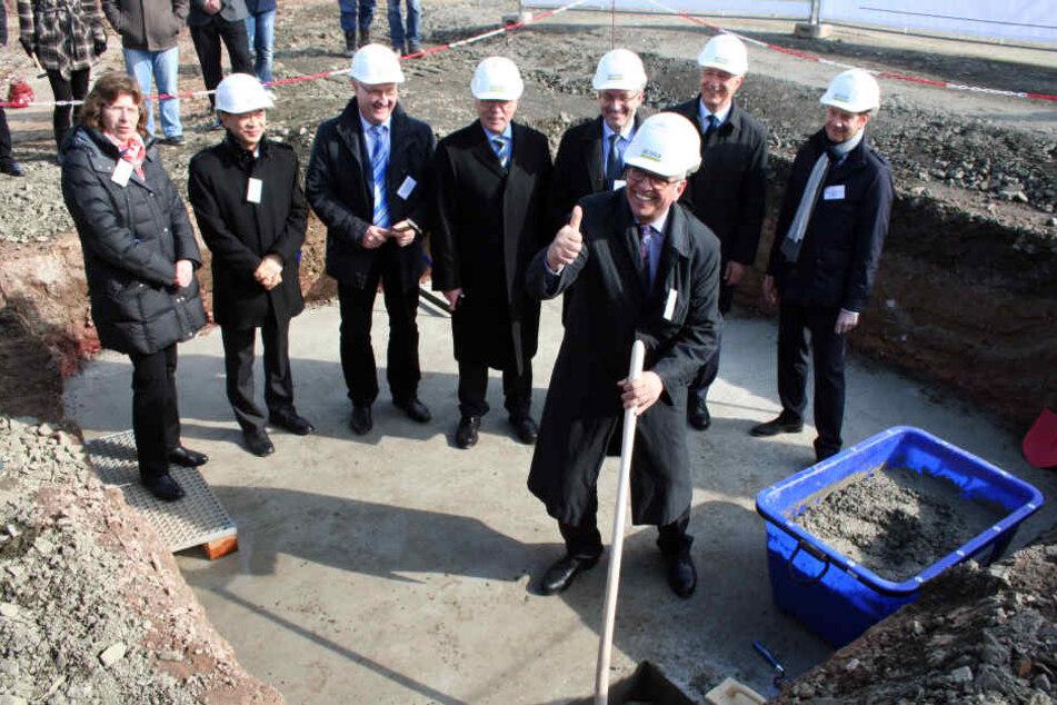 Spatenstich für das neue Airbuswerk. Vorn Andreas Wiebe von Airbus. Hinter  ihm rechts der Bundestagsabgeordnete Michael Kretschmer (41) und MP Stanislaw  Tillich (57, beide CDU).