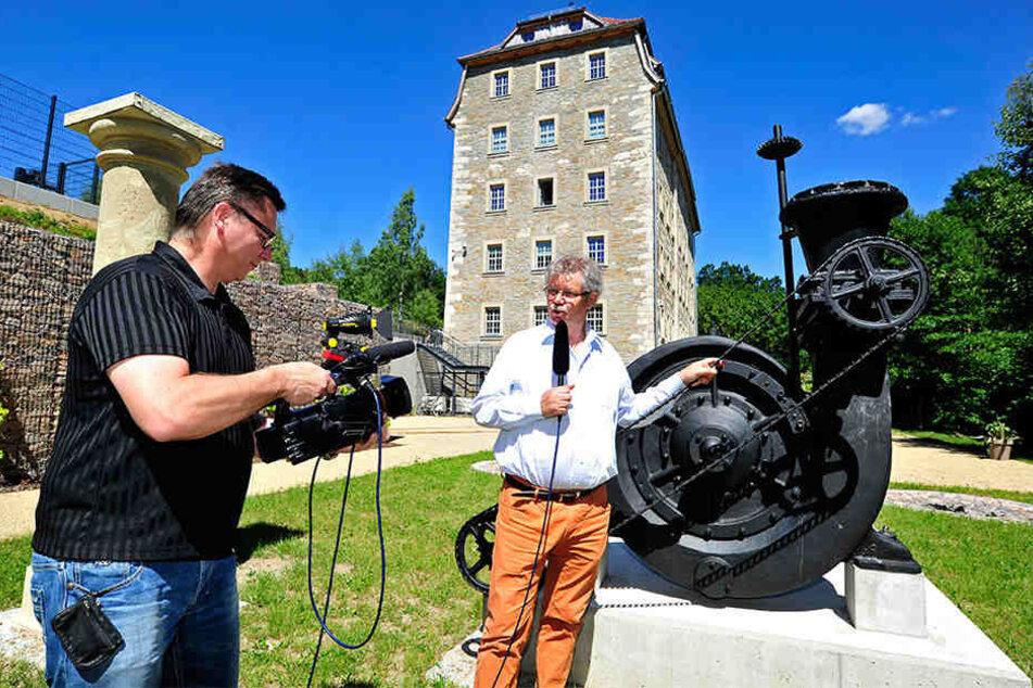 Michael Teuchert (53) lässt Synchronsprecher Olaf Baden (62) die Geschichte von Baumeister Uhlig erzählen.