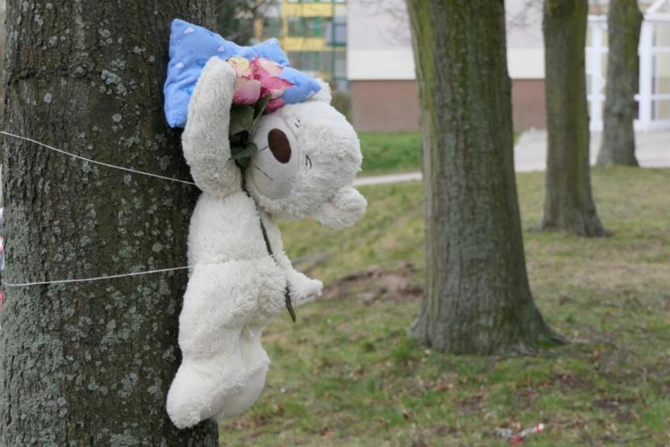 Anwohner, Bekannte und Freunde trauern um die auseinander gerissene Familie.