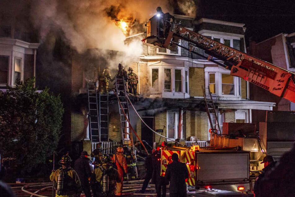 Brand in einem Wohnhaus in Pennsylvania. Ein Hoverboard hatte das Feuer in dem Haus ausgelöst. Zwei drei und zehn Jahre alte Mädchen starben.