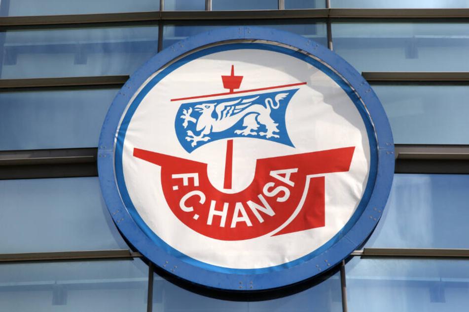Am Stadion in Rostock ist das Vereins-Logo von Hansa Rostock angebracht. (Archivbilder)