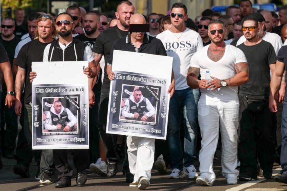 Clan-Chef R. (44, Mitte) lief 2016 beim Trauermarsch für den erschossenen Tribunes-Anwärter Veysel A. mit einem Bild seines verstorbenen Verwandten in der ersten Reihe.
