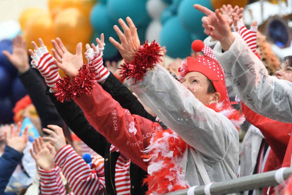 Ein aufmerksames Ehepaar gab den Hinweis auf Fremdkörper in den Karnevals-Chipstüten.