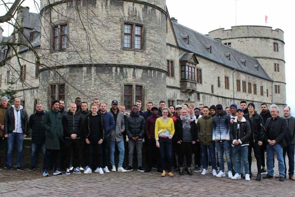 Die Profi-Kicker stehen vor der historischen Wewelsburg.