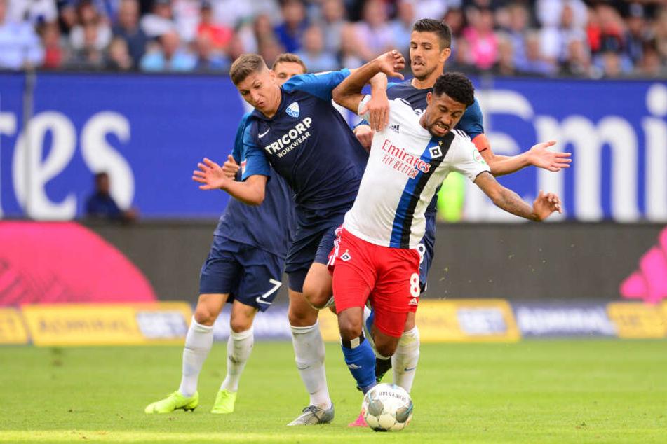 Jeremy Dudziak wird von den Bochumern Vitaly Janelt und Anthony Losilla in die Mangel genommen.