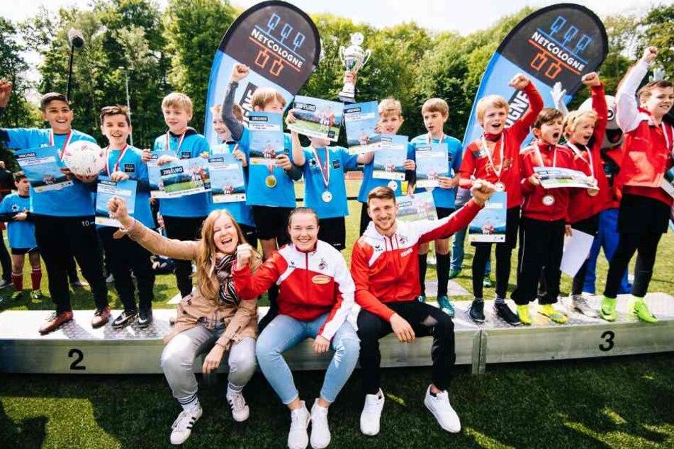 Patricia Hohendorf, Ann-Kathrin Vinken (18) und Salih Öczan (20) mit den Gewinner-Teams beim NetCologne Talentcup 2018.