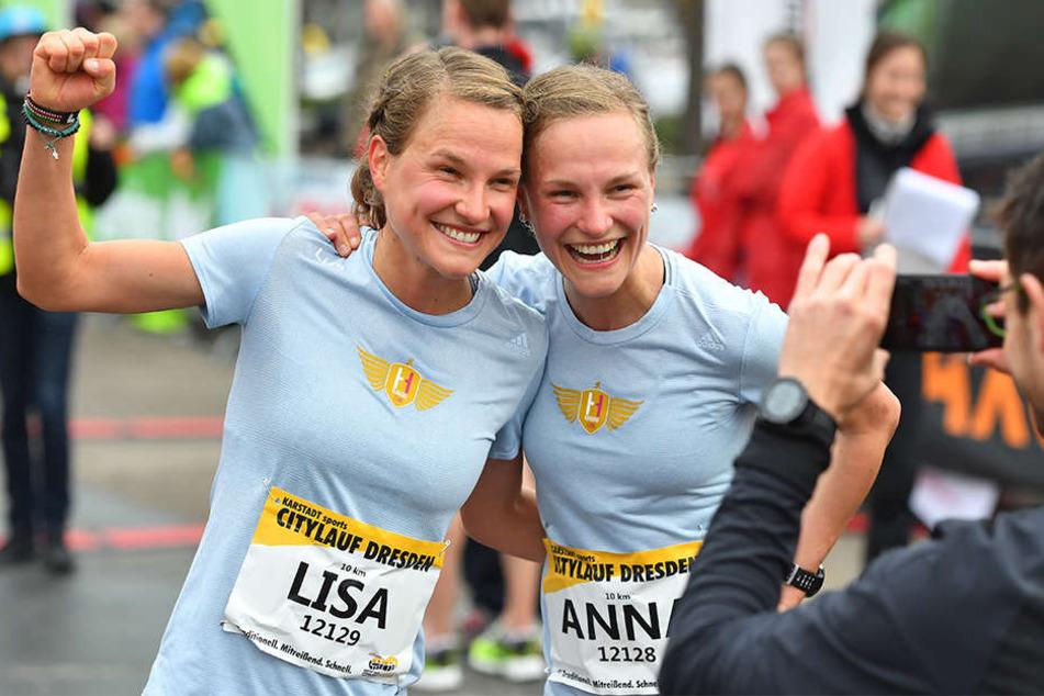 Lisa und und ihre Zwillingsschwester Anna Hahner nach dem Zieleinlauf.