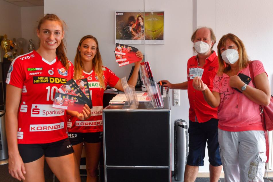 Lena Stigrot (l.) und Lenka Dürr brachten am Mittwoch die ersten Saisonkarten 2020/21 an die Fans.