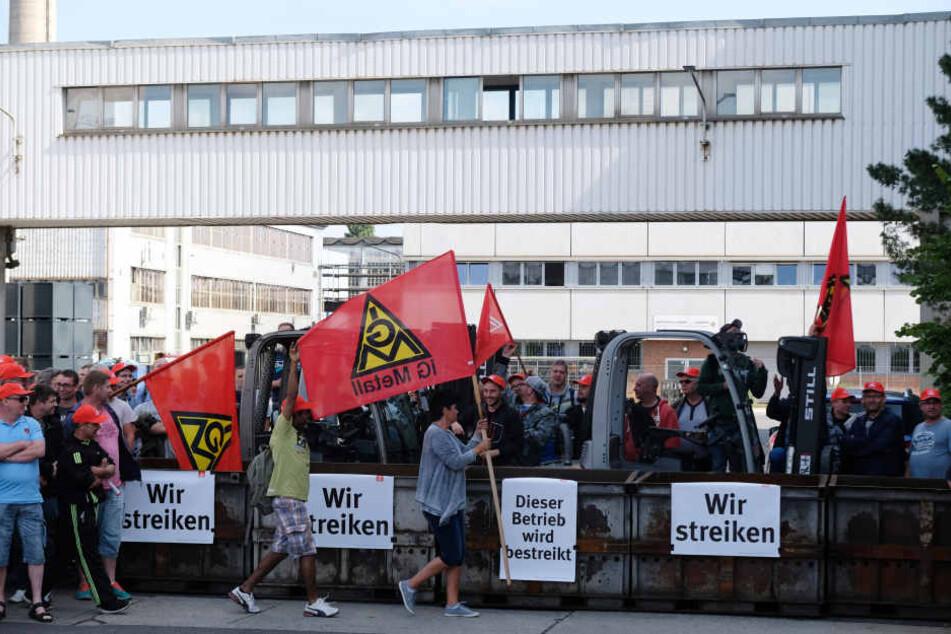 Das Leipziger Halberg-Guss-Werk streikt auch am Wochenende weiter - im Gegensatz zu den Kollegen in Saarbrücken.