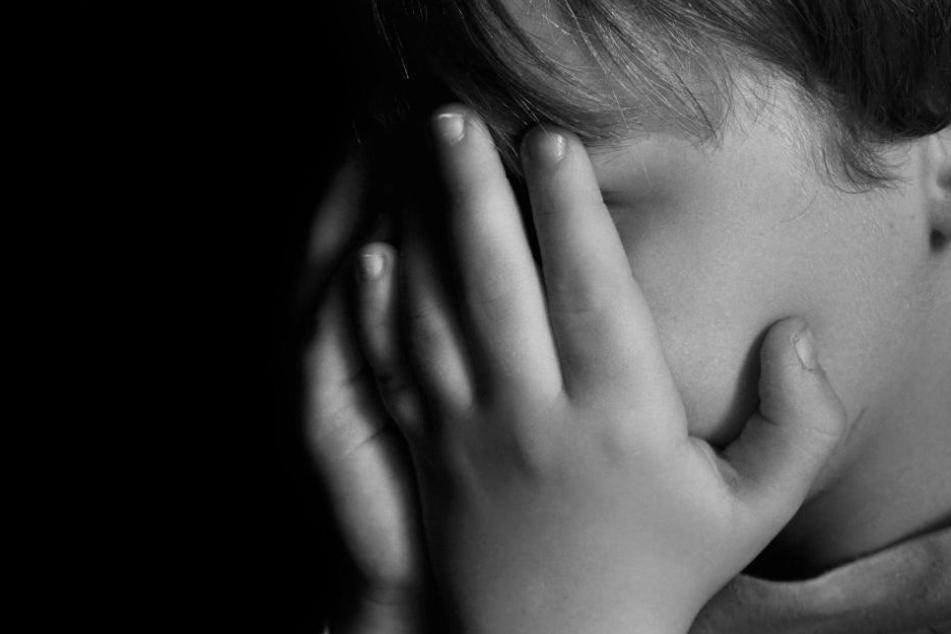 Ein Vater hat seinen Sohn zum Sex mit dessen Stiefmutter gezwungen. (Symbolbild)