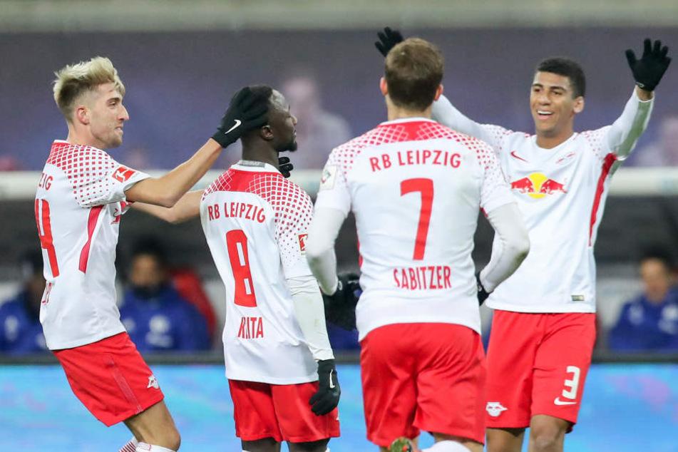Kevin Kampl (l.), Marcel Sabitzer (2.v.r.) und Bernardo (r.) bejubeln Keitas (2.v.l.) Treffer zum 1:0.
