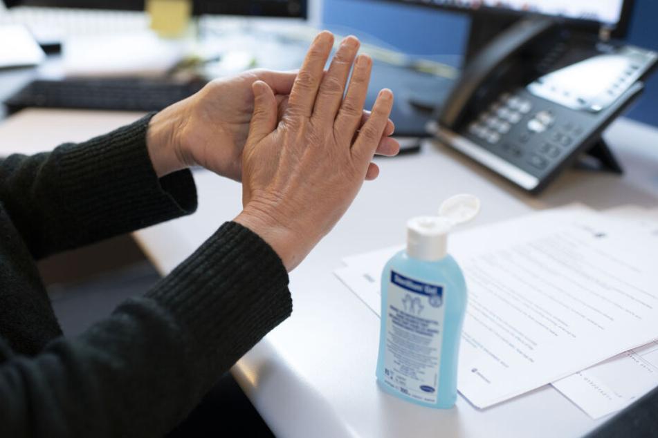 Selbstgemischtes Desinfektionsmittel kann großen Schaden anrichten. (Symbolbild)