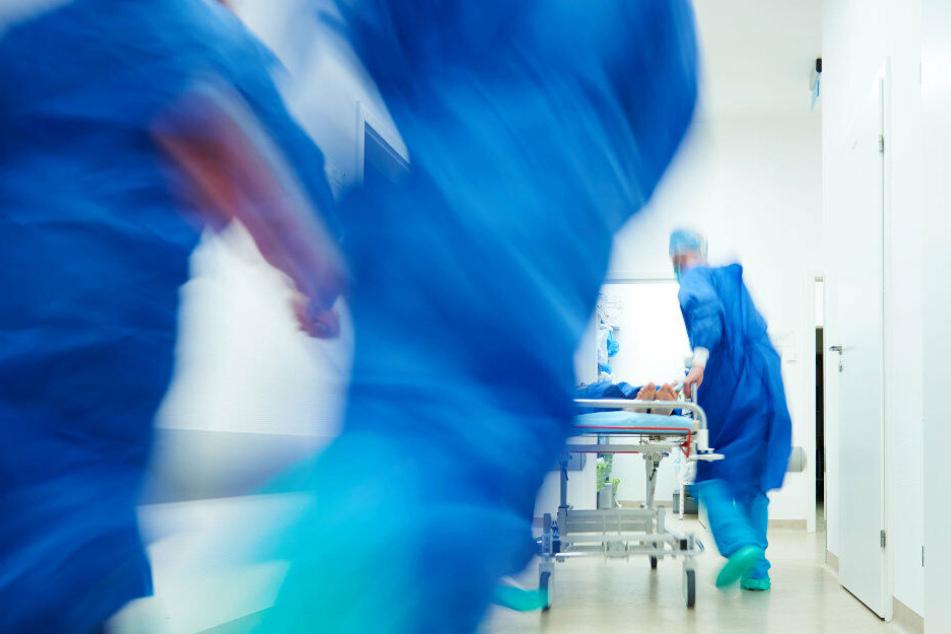 Die Seniorin wurde mit lebensbedrohlichen Verletzungen ins Krankenhaus gebracht. (Symbolbild)