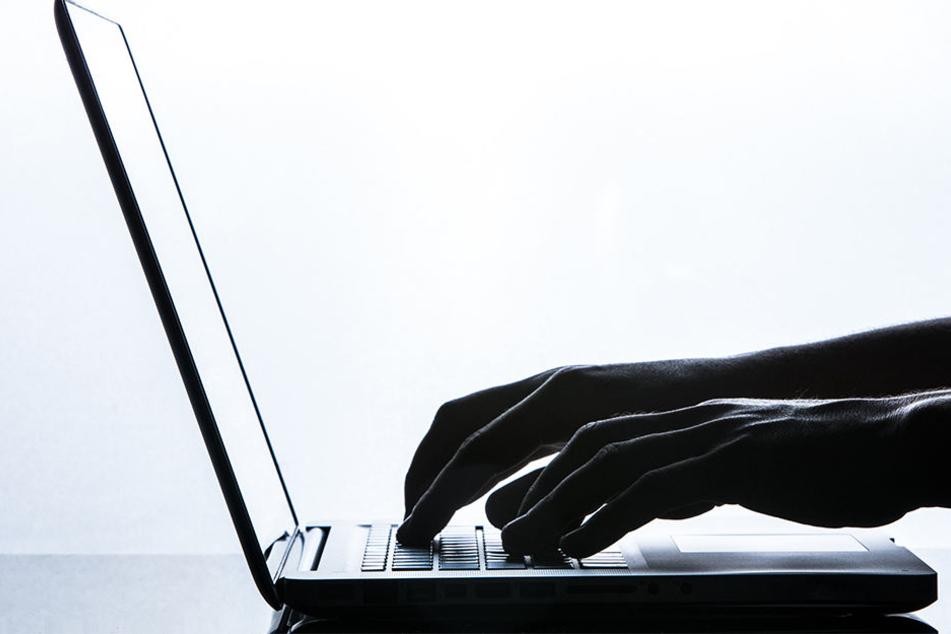 Der 39-Jährige soll laut Anklage sogar soweit gegangen sein, dass er der Frau und ihrem Freund Morddrohungen via Facebook schickte. (Symbolbild)