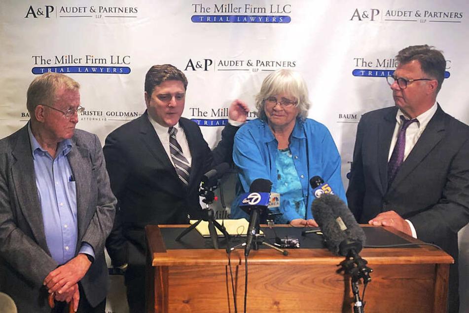 Rechtsanwalt Brent Wisner, Alberta Pilliod und Rechtsanwalt Michael Miller äußern sich nach der Urteilsverkündung auf einer Pressekonferenz in San Francisco.