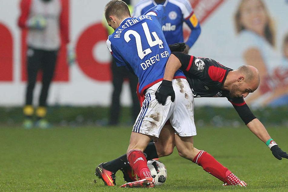 D. Drexler und Daniel Brückner kämpfen um den Ball.