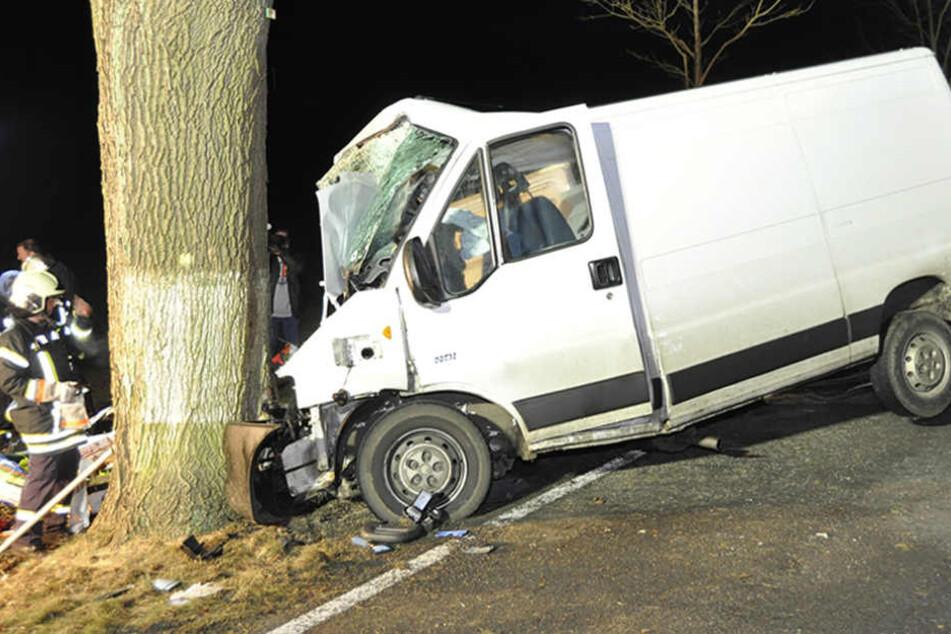Das Wrack eines Transporters steht nach einem Unfall auf der B168 bei Liebrose an einem Baum.