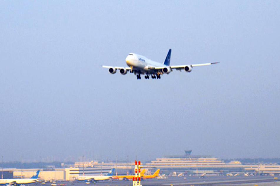 Seltenes Lufthansa-Manöver direkt über dem Flughafen Köln/Bonn